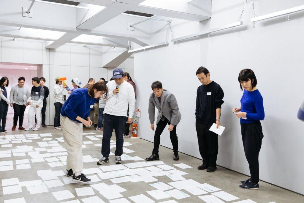 出たアイデアを床一面に広げてグループ分けをする。