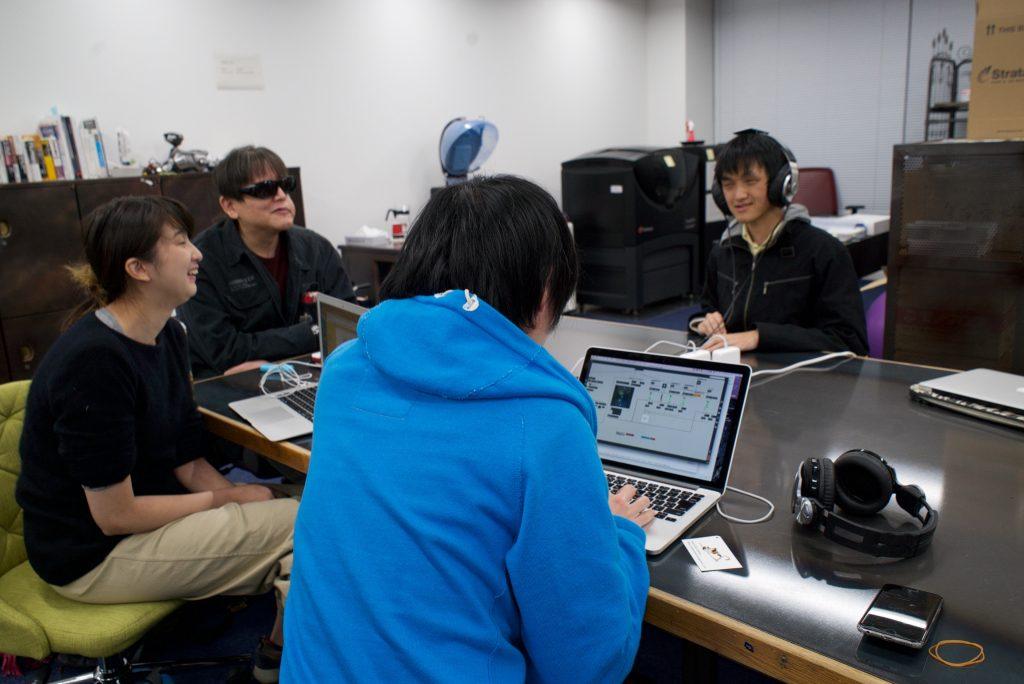 メンバーの岡田の作ったデモを野澤が聴く。