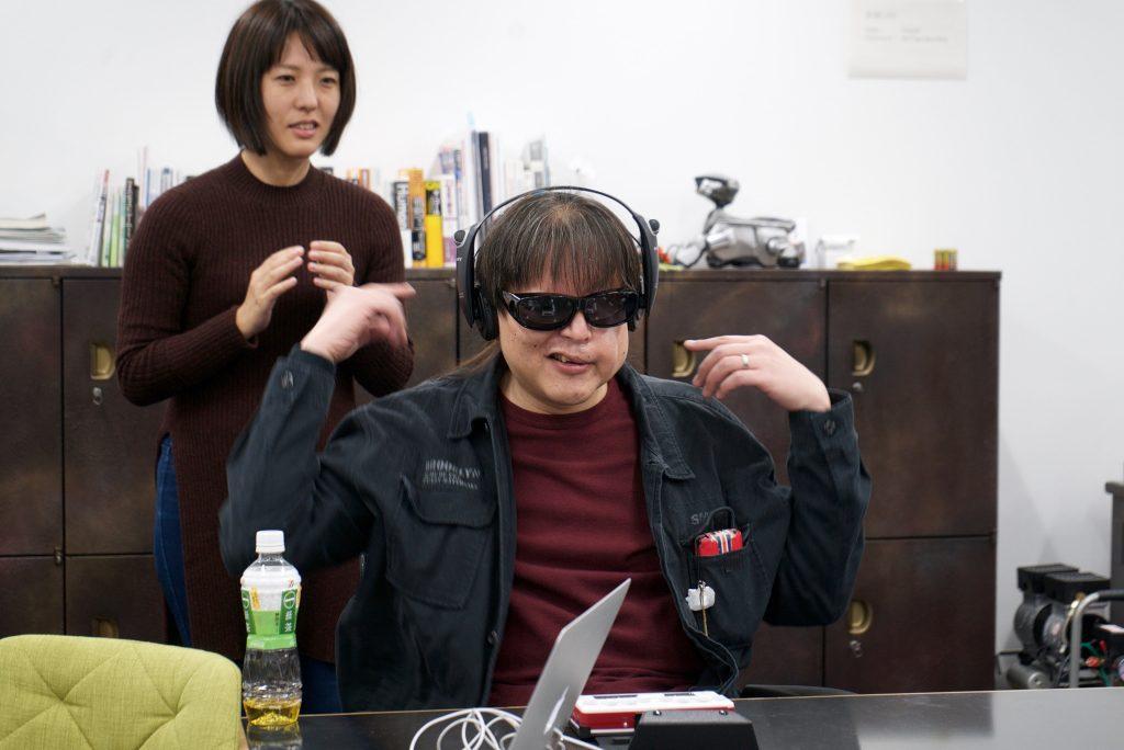 メンバーの加藤の背後で田中が手を叩き、加藤が位置を聞き取る実験。