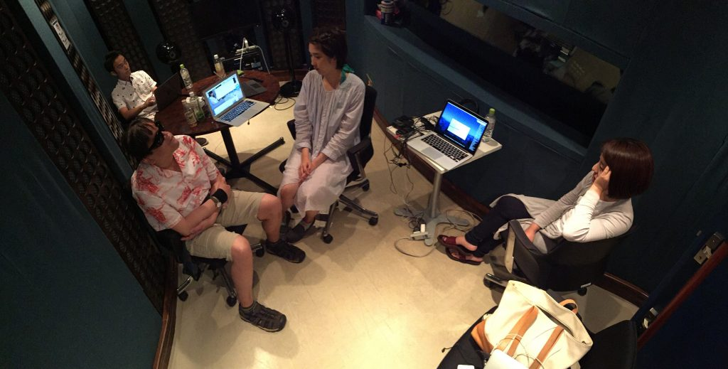 スタジオでの打合せの様子。